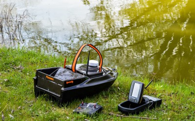 Speedy bait boat with fishfinder